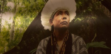 L'Association Coeur de Forêt et Akiri montent sur scène accompagnées de trois chefs indiens d'Amazonie : Benki, Puwe et Walter